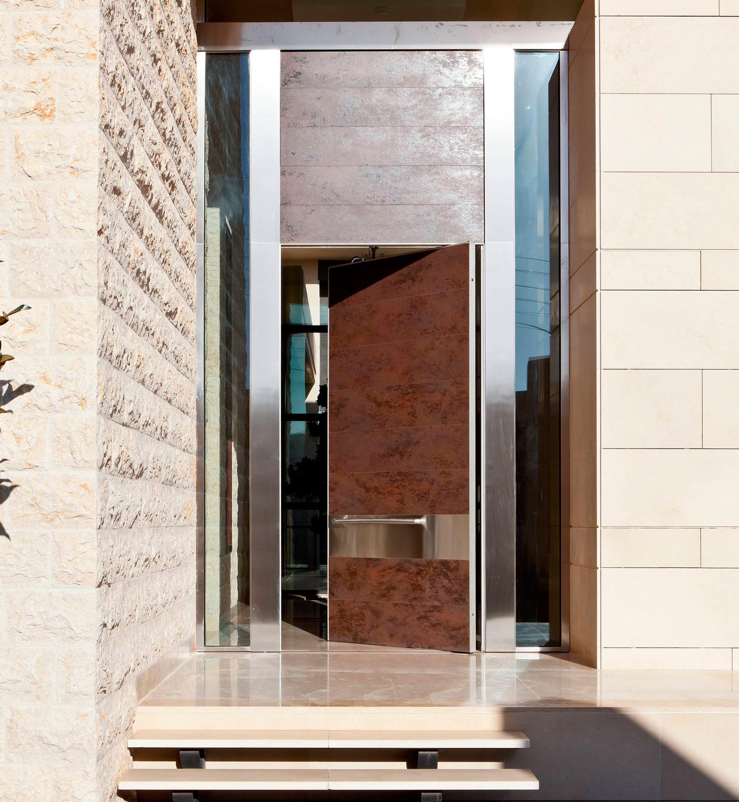 puerta blindada Synua Wall System de Oikos continuidad parte superior