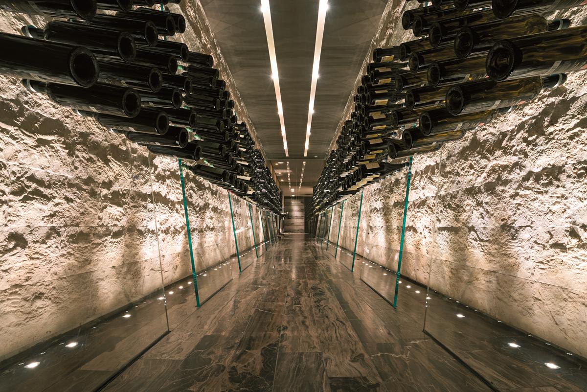 Proyecto de cava para vinos con suelo Woodstone Collection
