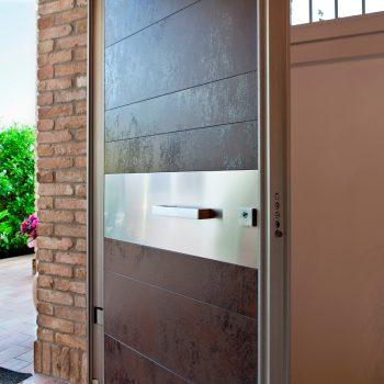 puerta blindada Tekno de Oikos con bisagras ocultas